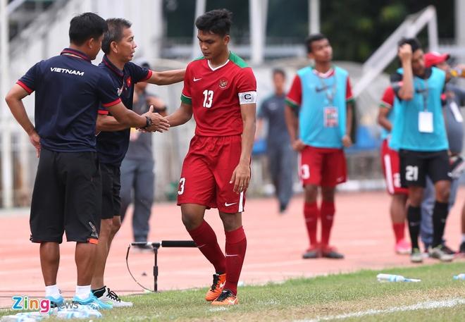 HLV Hoang Anh Tuan tuc gian nem chai nuoc vi U18 VN tu man hinh anh 9