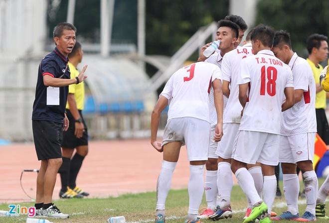 HLV Hoang Anh Tuan tuc gian nem chai nuoc vi U18 VN tu man hinh anh 2
