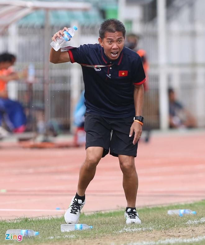 HLV Hoang Anh Tuan tuc gian nem chai nuoc vi U18 VN tu man hinh anh 4