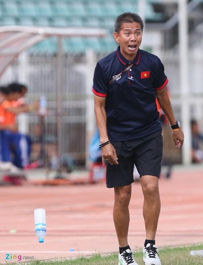 HLV Hoang Anh Tuan tuc gian nem chai nuoc vi U18 VN tu man hinh anh 5