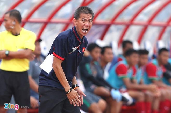 HLV Hoang Anh Tuan tuc gian nem chai nuoc vi U18 VN tu man hinh anh 6
