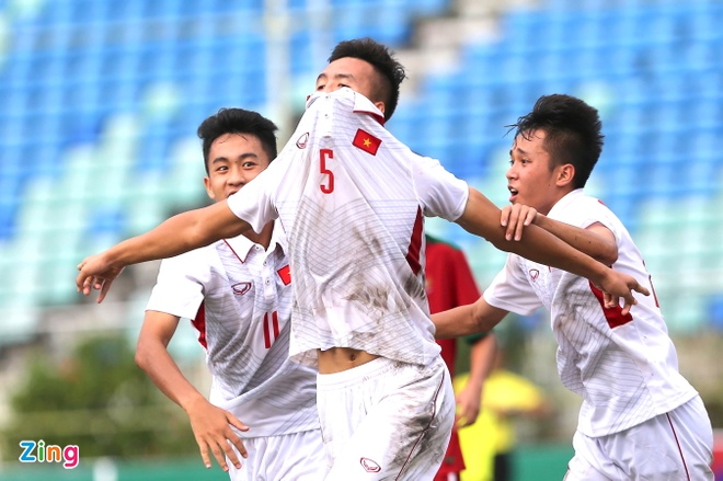 HLV Hoang Anh Tuan tuc gian nem chai nuoc vi U18 VN tu man hinh anh 8