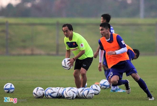 Cau thu U23 Viet Nam vui dua tren san tap truoc tran gap U23 Thai Lan hinh anh 2