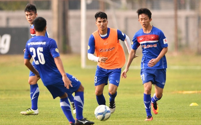 Cau thu U23 Viet Nam vui dua tren san tap truoc tran gap U23 Thai Lan hinh anh 1