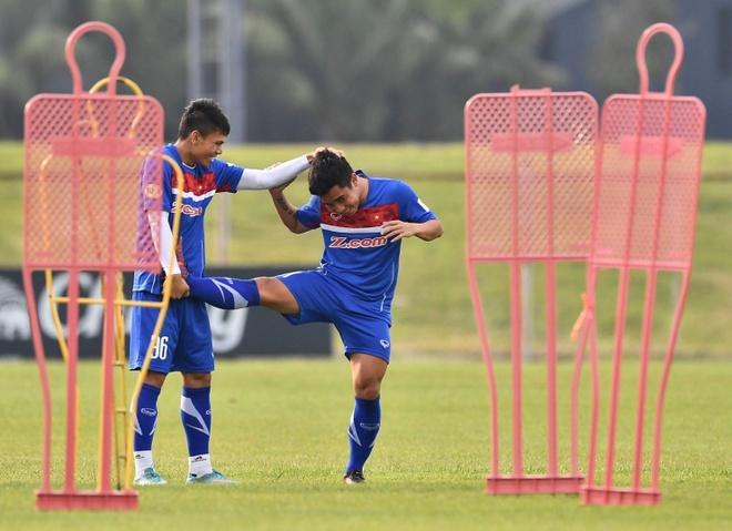 Cau thu U23 Viet Nam vui dua tren san tap truoc tran gap U23 Thai Lan hinh anh 6
