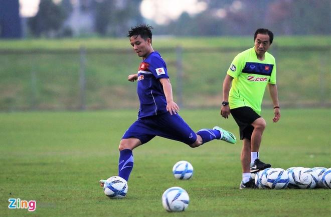Cau thu U23 Viet Nam vui dua tren san tap truoc tran gap U23 Thai Lan hinh anh 3