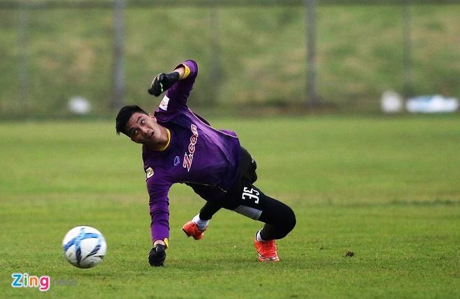Cau thu U23 Viet Nam vui dua tren san tap truoc tran gap U23 Thai Lan hinh anh 4
