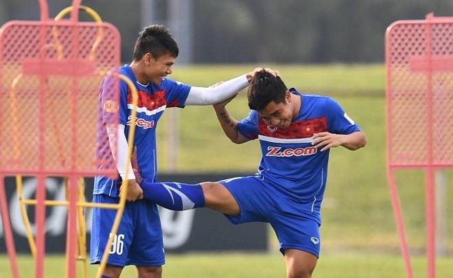 Cau thu U23 Viet Nam vui dua tren san tap truoc tran gap U23 Thai Lan hinh anh