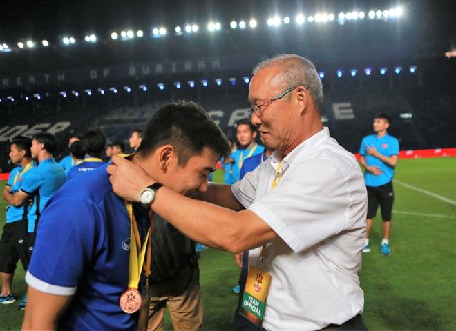 HLV Park Hang-seo nhuong huy chuong cho bac si 9X cua U23 Viet Nam hinh anh