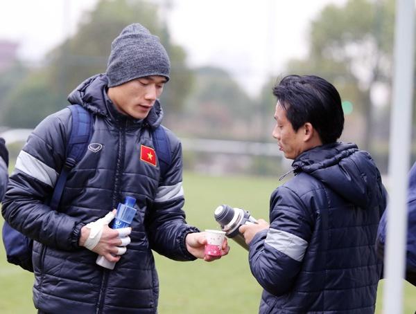 U23 Viet Nam uong tra gung chong ret o Trung Quoc hinh anh
