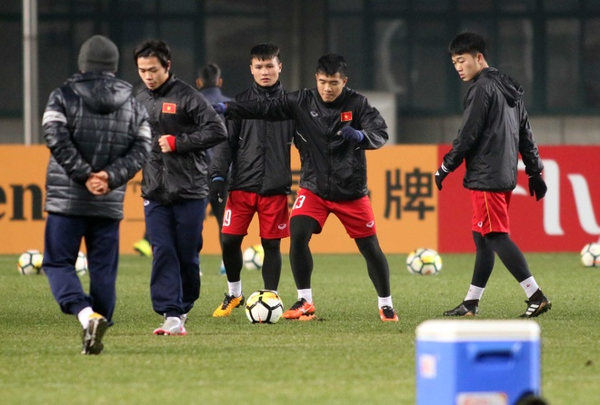 HLV Park Hang-seo tuoi cuoi tren san tap cua U23 Viet Nam hinh anh 2