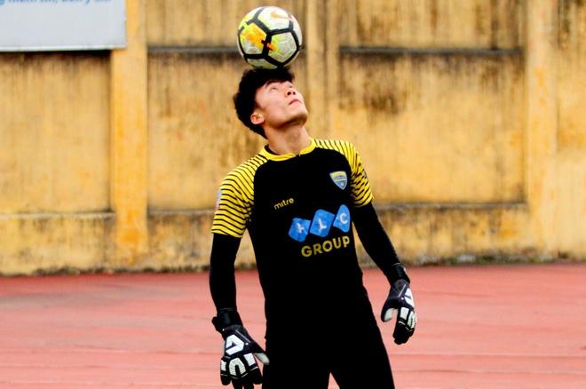 Thu mon Bui Tien Dung tro lai tap luyen chuan bi cho AFC Cup 2018 hinh anh 2