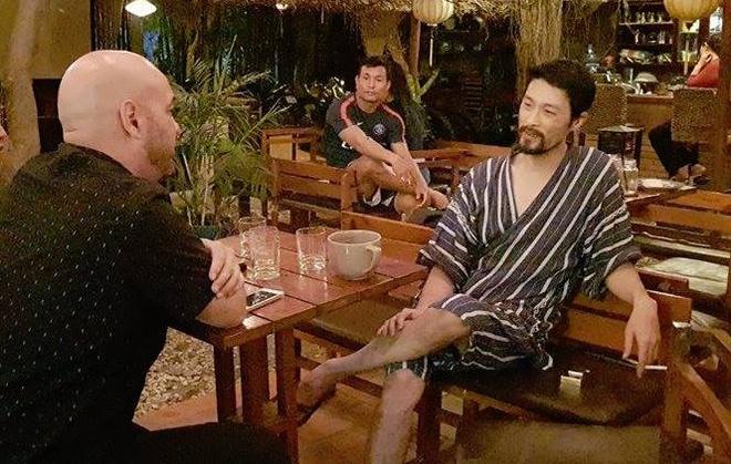 Johnny Tri Nguyen tiep Flores bang trang phuc giong do ngu hinh anh