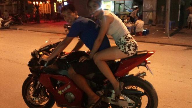 Hoa khoi bong chuyen Thu Trang me dua xe toc do hinh anh