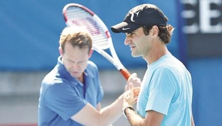 Federer và HLV Edberg rèn thêm cú đánh trái tay. Ảnh: Beinsports.