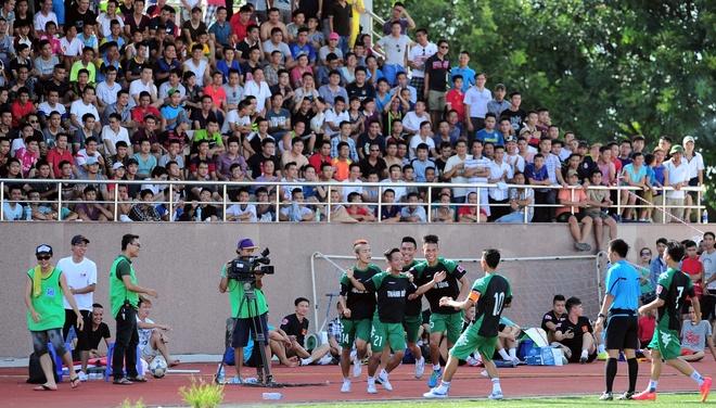 Fan thu do chen chan xem giai phui co Tuan Hung, Quoc Vuong hinh anh
