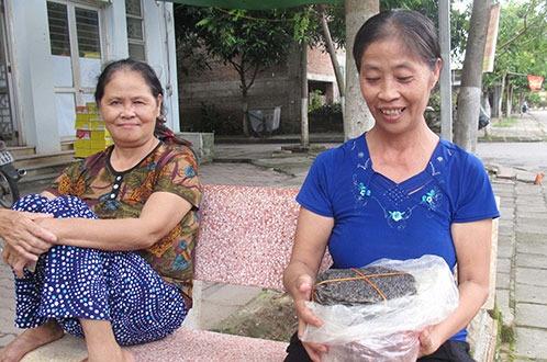 Me Cong Phuong va goi banh da qua que cho con hinh anh
