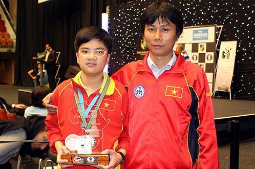 Dung de mat 'than dong' Nguyen Anh Khoi hinh anh 1 Anh Khôi và HLV Thanh Sơn tại Giải vô địch cờ vua trẻ thế giới 2014 - Ảnh: N.T.Tú.