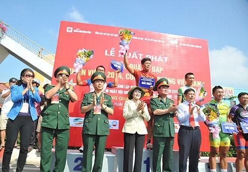 Cua ro Tran Van Quyen ve nhat chang 3 hinh anh 1 Ban tổ chức trao thưởng cho 5 vận động viên xuất sắc nhất chặng 3. Ảnh: QĐND.