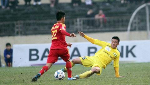 Hau ve Nguyen Anh Hung (Hai Phong): Hoi sinh tu bi kich hinh anh 2 Pha vào bóng của Đình Đồng.