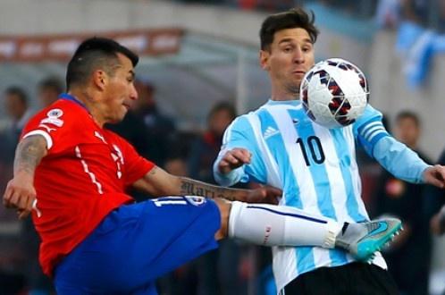 Gia dinh Messi bi fan Chile tan cong hinh anh