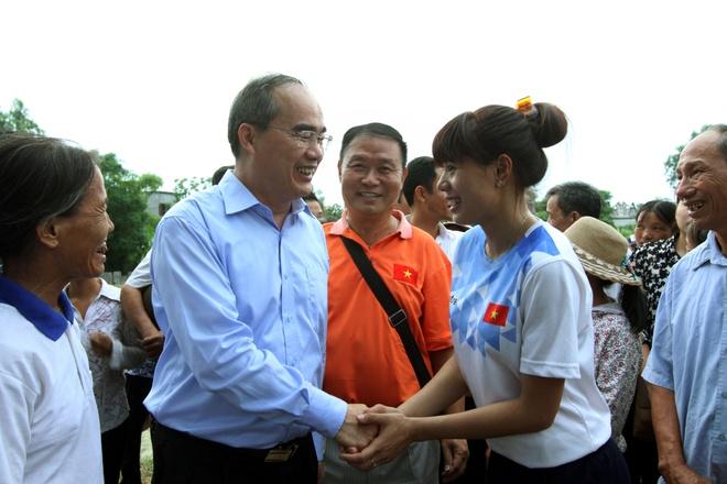 Nguyen Thi Huyen duoc nhan so tiet kiem 400 trieu dong hinh anh