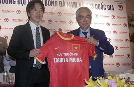 Hợp đồng với HLV Miura được ký đến hết 2015 nhưng Chủ tịch VFF Lê Hùng Dũng nói rằng sẽ gia hạn đến năm 2017. Ảnh: Xuân Huy.