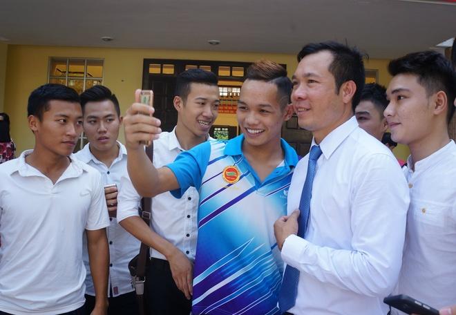 Sinh vien quay kin Hoang Xuan Vinh de chup selfie hinh anh