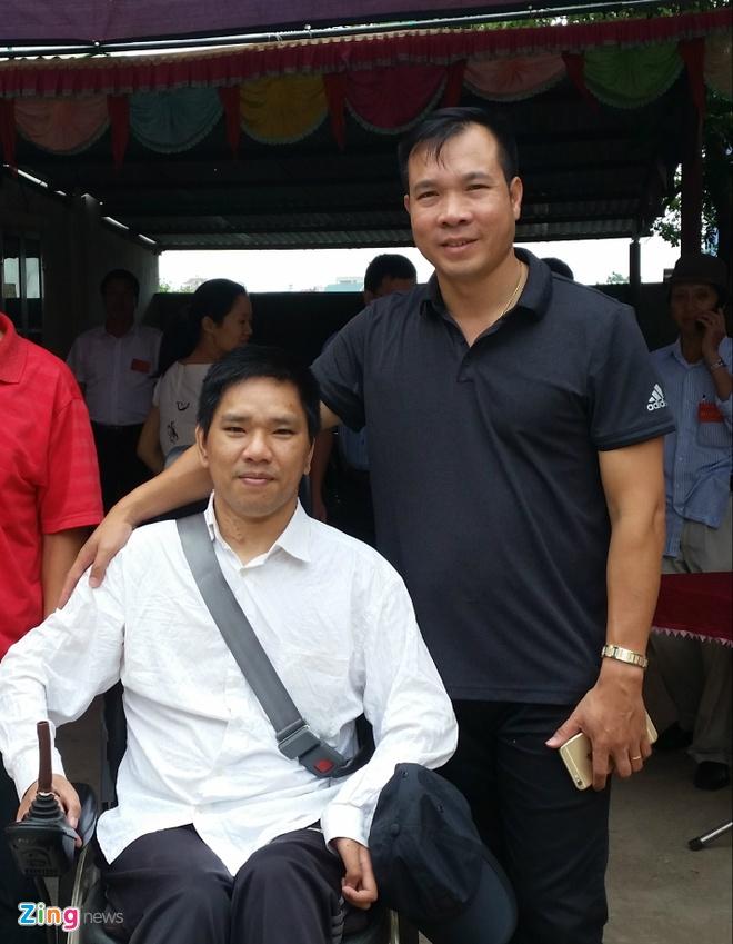 Chang trai khuyet tat gap Hoang Xuan Vinh anh 2