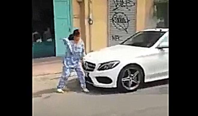 Bà cụ đập phá xe Mercedes ở TP.HCM gây xôn xao