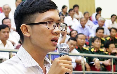 Nguoi than phien voi ong Dinh La Thang lan dau nhan luong hinh anh