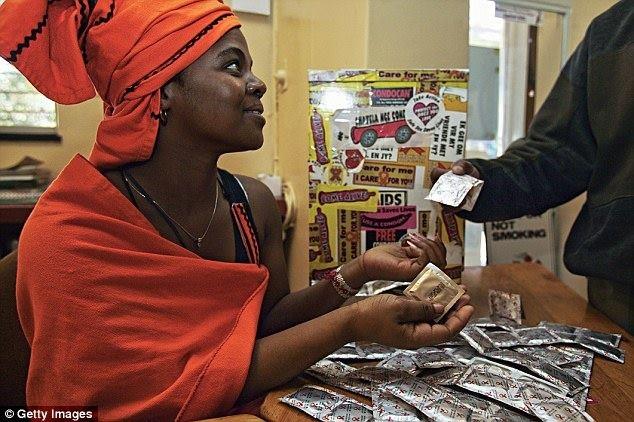 Zimbabwe khuyen khich phu huynh mua bao cao su cho con hinh anh