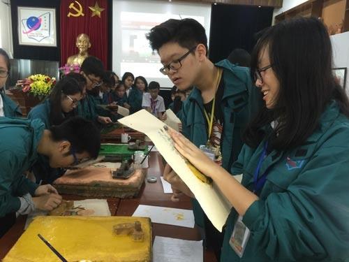 Kho giam tai khi chuong trinh qua nang hinh anh 4 Học sinh Trường THCS Nguyễn Tất Thành (Hà Nội) trong một tiết học tích hợp về lịch sử và mỹ thuật qua tranh dân gian