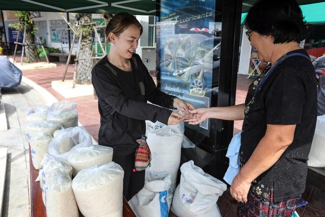 Dai hoc Thai Lan cho sinh vien tra hoc phi bang gao hinh anh