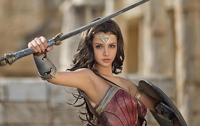 Co gai cosplay Wonder Woman dep khong kem ban goc hinh anh