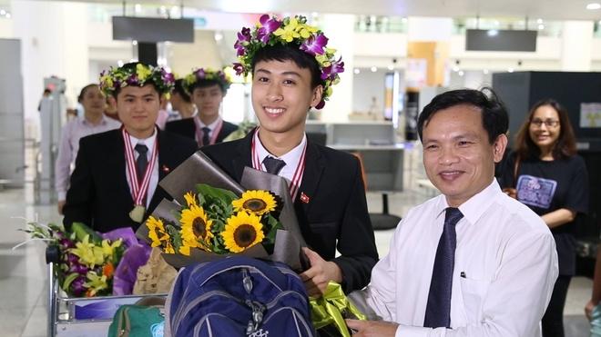 Doan hoc sinh Viet Nam du Olympic Vat ly ve den san bay Noi Bai hinh anh