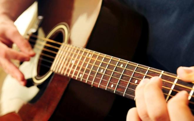 Bai toan tinh so hop am tren dan guitar hinh anh