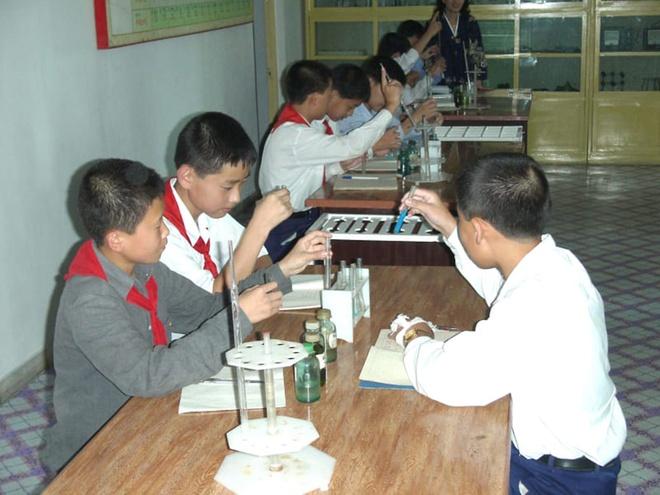Truong hoc o Trieu Tien day gi cho the he tre? hinh anh 8
