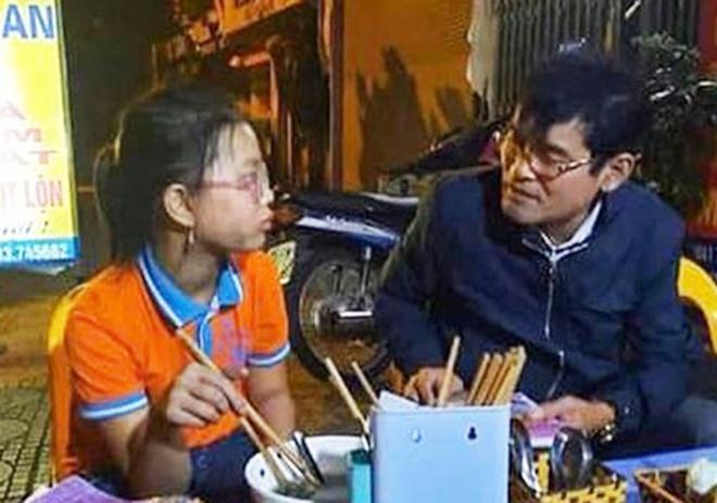 Be gai bi lac, di xe dap tu Hai Duong len Ha Noi hinh anh