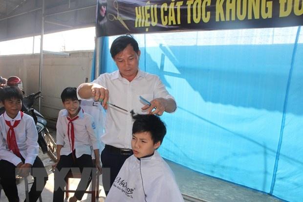 Tiem cat toc khong dong danh cho hoc sinh ngheo o Ha Tinh hinh anh 1 ttxvn_3112toc1.jpg