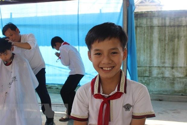 Tiem cat toc khong dong danh cho hoc sinh ngheo o Ha Tinh hinh anh 2 ttxvn_3112toc2.jpg