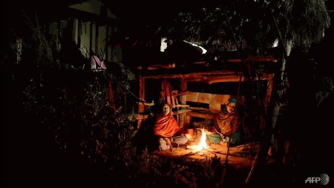 Bi anh re ep ra leu o vao ky kinh nguyet, co gai Nepal tu vong hinh anh 1 nepalese-women-pabitra-giri--l--and-yum-kumari-giri-sit-by-a-fire-as-they-live-in-a-chhaupadi-hut---3564906.png