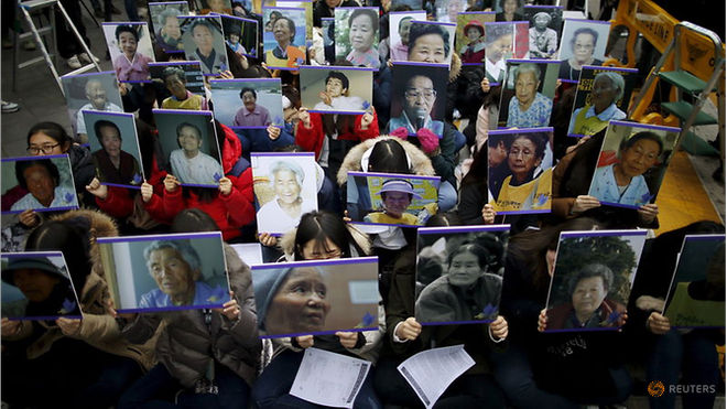 He lo ve doi hoi '1 phu nu mua vui phuc vu 70 binh si Nhat' hinh anh 1 students-hold-portraits-of-deceased-former-south-korean--quot-comfort-women-quot--during-a-weekly-a---2389752.png