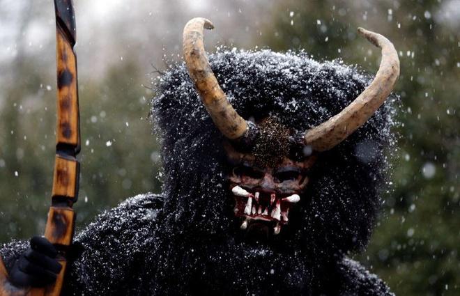 'Quỷ đen' xuất hiện trước Giáng sinh, gõ cửa từng nhà ở Séc
