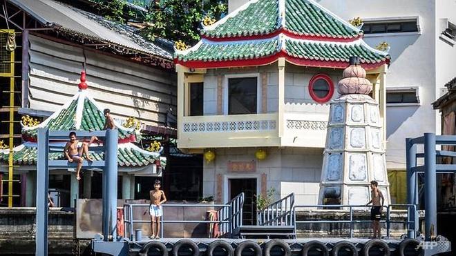 Thu tuong Thai Lan keu goi dan it tam lai de doi pho han han hinh anh 1 youths_prepare_to_plunge_into_the_chao_phraya_river_on_dec_30_2019.jpg