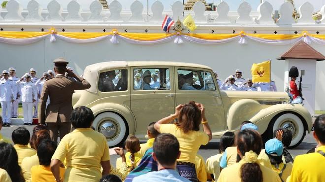 Quốc vương Thái Lan Maha Vajirusongkorn đi đến cung điện ở Bangkok trong lễ đăng quang vào tháng 5/2019. Ảnh: Nikkei Asian Review.