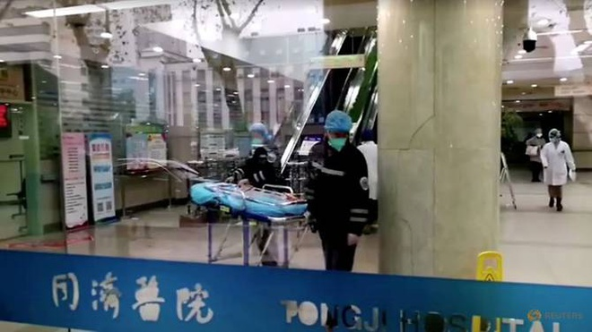 Nguoi chong Han Quoc khong len may bay so tan khoi Vu Han vi vo con hinh anh 1 file_photo_people_wearing_masks_work_at_a_hospital_in_wuhan_1.jpg