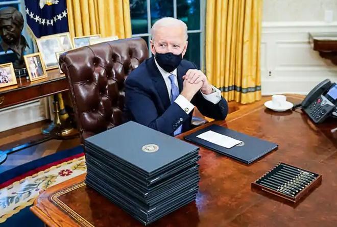 ong Biden ky sac lenh sau khi nham chuc anh 1