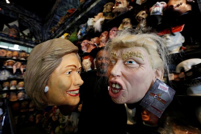 Mat na Trump - Clinton ban chay trong mua Halloween o My hinh anh