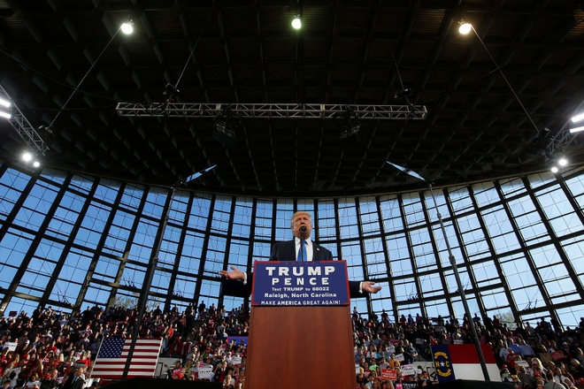 Hillary Clinton dan diem Donald Trump truoc 'ngay phan xet' hinh anh 1